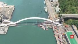 VIDEO: Detik-detik Jembatan Ambruk di Taiwan
