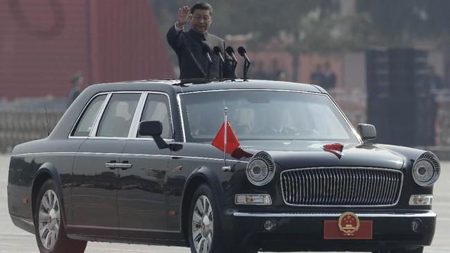 Presiden China, Xi Jinping, menyaksikan langsung parade 15 ribu tentara, 580 alutsista mutakhir dan atraksi 160 pesawat tempur. (AP Photo/Mark Schiefelbein)