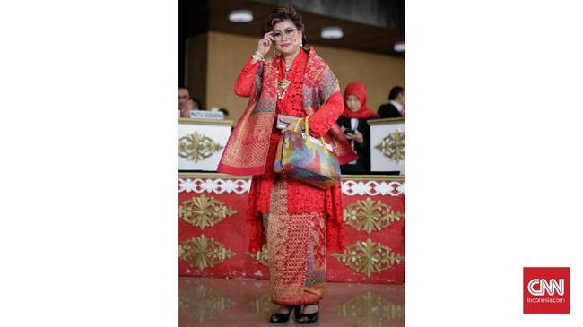 Anggota DPD dapil Sulut, Maya Rumantir tampil sedikit heboh dengan kebaya kain dan selendang aneka warna. Dia juga memadukannya dengan tas jinjing multiwarna.(CNN Indonesia/ Adhi Wicaksono)