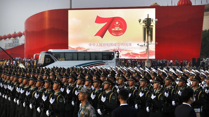 Chinese soldiers march in formation during a rehearsal before a large parade to commemorate the 70th anniversary of the founding of Communist China in Beijing, Tuesday, Oct. 1, 2019. Chinese Communist Party leader and President Xi Jinping on Monday renewed his government's commitment to allowing Hong Kong to manage its own affairs amid continuing anti-government protests in the semi-autonomous Chinese territory. (AP Photo/Mark Schiefelbein)