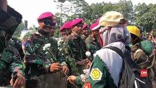 VIDEO: Aksi Damai, Mahasiswa Beri Bunga ke TNI dan Polisi