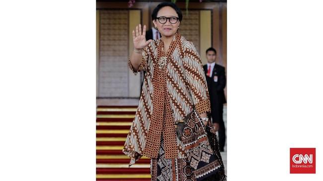 Menteri Luar Negeri, Retno Marsudi memilih tampil lebih kasual dengan atasan batik longgar dan dipadukan dengan kain. (CNN Indonesia/ Adhi Wicaksono)