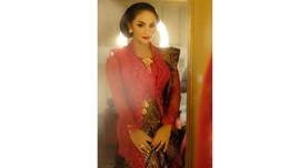 Ke DPR RI, Krisdayanti Pakai Kebaya Merah Klasik Anne Avantie