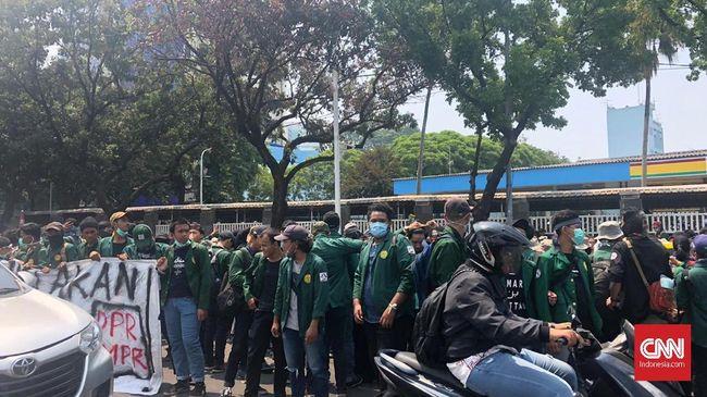 Aparat Cegat Mahasiswa Demo di Depan Gedung DPR