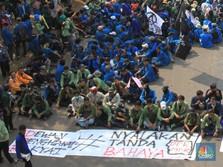 Mahasiswa Bawa Spanduk 'Nyalakan Tanda Bahaya' ke DPR