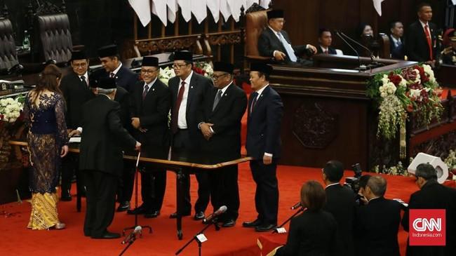 Untuk mengantisipasi kemungkinan aksi demontrasi di depan Gedung DPR, Sekretariat Jenderal DPR sebelumnya meminta seluruh anggota DPR berangkat ke DPR pada pukul 07.00 WIB. (CNN Indonsia/Andry Novelino).
