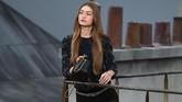 Gigi Hadid dan Kaia Gerber menjadi salah satu model yang tampil di panggung Chanel. (Christophe ARCHAMBAULT / AFP)