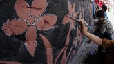Tak hanya itu, batik juga tak lagi terkesan kaku. Berkat tangan kreatif deretan desainer Indonesia, batik menjelma busana kekinian yang membuatnya kian digemari anak muda. (ANTARA FOTO/Maulana Surya/hp)
