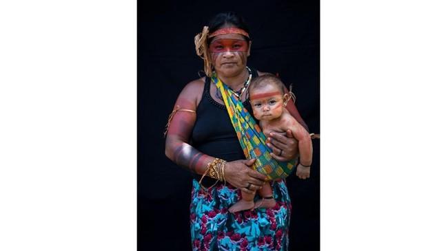 Suku ini tampaknya telah lama mengamati langit, sehingga pribumi Tembe menggunakan desain berbentuk bintang, matahari, dan setengah bulan saat melukis tubuh. (AP Photo/Rodrigo Abd)