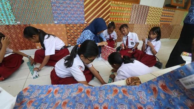Teknik, simbol, dan budaya batik dinilai begitu melekat dengan jalan panjang kebudayaan Indonesia. (ANTARA FOTO/Prasetia Fauzani/pd)