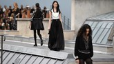 Chanel menggelar peragaan busana untuk koleksi terbarunya di Paris Fashion Week yang bertempat di Grand Palais (1/10). (Christophe ARCHAMBAULT / AFP)