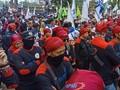 Massa Buruh Kepung Gedung Sate Bandung