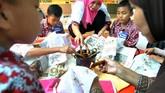Sejumlah siswa SD belajar membatik di Kampung Batik Neglasari, Cibuluh, Kota Bogor, Jawa Barat, Rabu (2/10/2019).Mereka memperingati Hari Batik Nasional yang jatuh pada setiap 2 Oktober saban tahunnya. (ANTARA FOTO/Arif Firmansyah/hp)