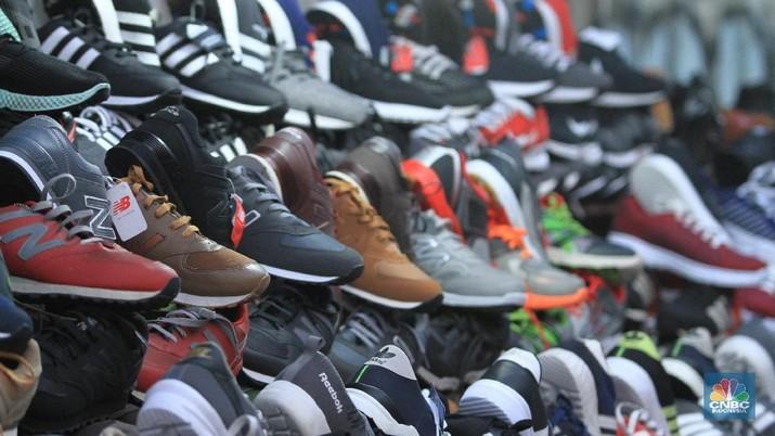 Sepatu-sepatu impor KW berlabel made in Vietnam merajalela di pasar pinggir jalan hingga toko online.