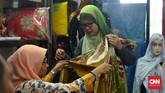 Mulanya dikenal sebagai pakaian 'ningrat', kini batik digunakan oleh berbagai kalangan tanpa mengenal kelas sosial. (CNN Indonesia/Daniela Dinda)