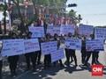 Buruh Jatim Demo, Polwan Bawa Poster 'Selamat Datang'