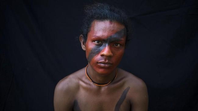 Dari generasi ke generasi, penduduk pribumi Tembe di Amazon telah melukis tubuh mereka untuk ritual peralihan, pernikahan, serta melambangkan mereka siap berperang. (AP Photo/Rodrigo Abd)