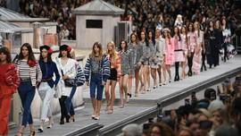 FOTO :  Model Elegan 'Atap Rumah' Chanel di Paris