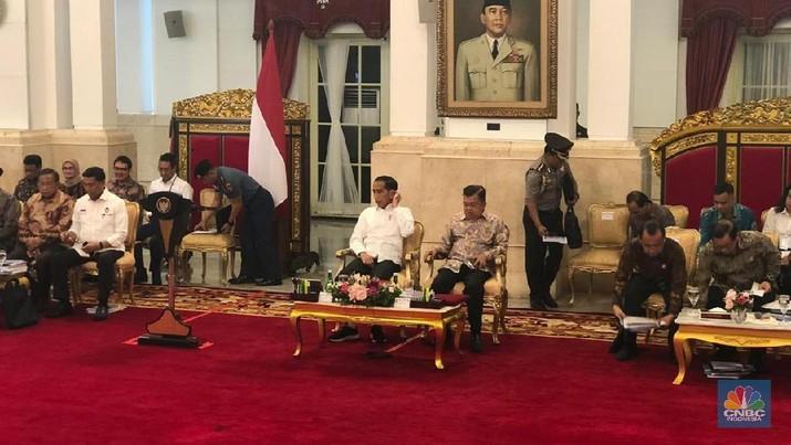 Presiden Joko Widodo (Jokowi) membuka sidang kabinet paripurna dengan topik evaluasi pelaksanaan RPJMN 2014 - 2019