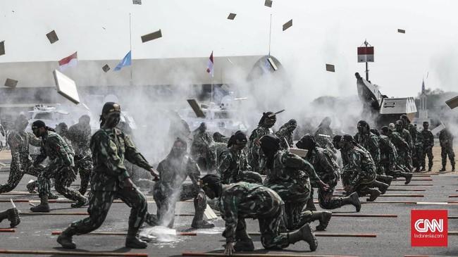 Dalam gladi bersih juga praktikkan keahlian bela diri para prajurit. (CNN Indonesia/Bisma Septalisma)