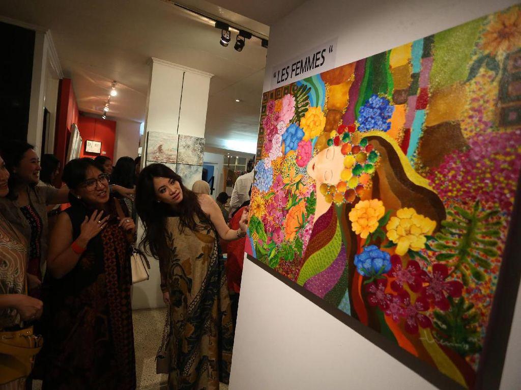 Pameran lukisan ini mempersembahkan beberapa karya terbaik mereka yang bercerita tentang dinamika perempuan dan kehidupan di sekitarnya.