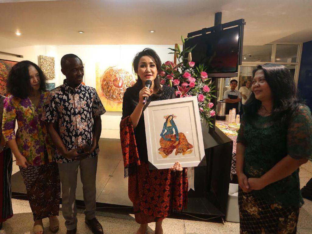 Ketua Umum Kongres Wanita Indonesia (Kowani) Giwo Rubianto memberikan sambutan saat membuka pameran seni rupa bertema Les Femmes di Institut Francais Indonesia, Jakarta, Rabu (2/10/19) malam.