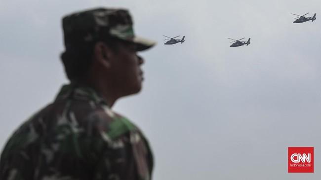 Parade helikopter dan pesawat tempur juga dipamerkan dalam gladi bersih HUT TNI ke-74 di Lanud Halim Perdanakusuma. (CNN Indonesia/Bisma Septalisma)