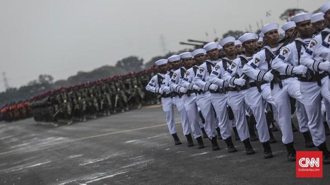 Panglima TNI Marsekal Hadi Tjahjanto memimpin langsung gladi bersih HUT TNI ke-74 di Pangkalan Udara Halim Perdanakusuma, Jakarta Timur.(CNN Indonesia/Bisma Septalisma)