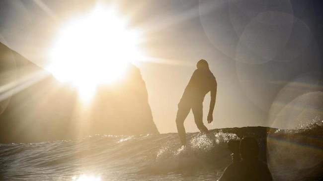 Suhu di daratan berkisar di angka 17 derajat Celcius, sedangkan suhu di lautan tidak melebihi 10 derajat Celcius. Akibatnya ombak tidak cukup tinggi untuk beratraksi.