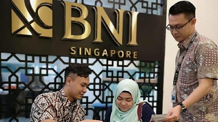 BNI turut memperkuat pengakuan terhadap Batik Indonesia sebagai warisan budaya tak benda dilakukan hingga ke luar negeri, yaitu melalui kantor-kantor cabang BNI yang ada di luar negeri. Salah satunya ditunjukkan oleh BNI Hi-movers yang bertugas di Singapura.