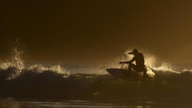 Bagi para peselancar yang biasa bermain di kawasan tropis, Teluk Unstad adalah tantangan tersendiri karena suhunya yang dingin.