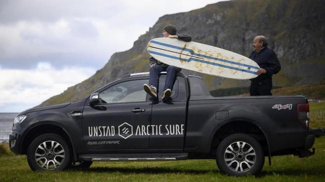 Selama ini orang beranggapan jika berselancar (surfing) selalu identik dengan kawan tropis, padahallingkar Arktik juga sangat memungkinkan untuk'menunggangi' ombak dari atas papan.