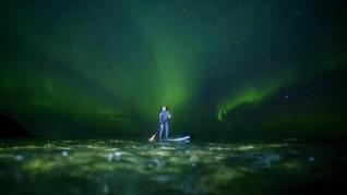 FOTO: Berselancar di Bawah Aurora