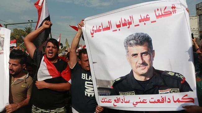 Saat senja, massa aksi makin bertambah di sekitar kementerian perminyakan dan industri ibu kota. Mereka menyatakan akan mendatangi Lapangan Tahrir yang dijadikan simbol ibu kota. (AP Photo/Khalid Mohammed)