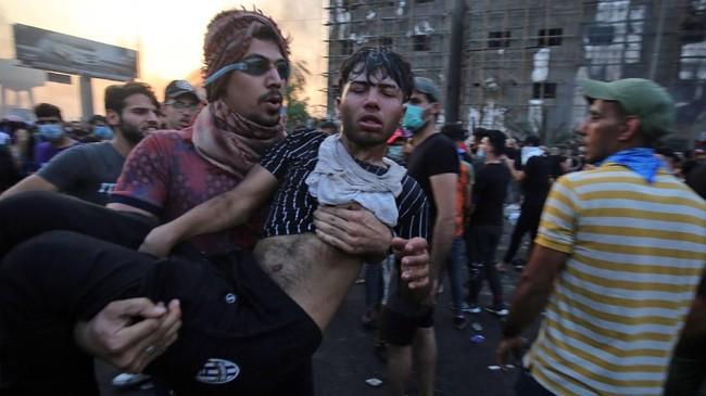 Selama tiga hari demonstrasi sedikitnya 28 orang tewas, termasuk dua petugas polisi, dan lebih dari 1.000 orang terluka. (Photo by AHMAD AL-RUBAYE / AFP)