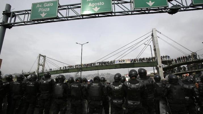 Demonstran bentrok dengan polisi di Ekuador setelah pemerintah mencabut subsidi bahan bakar