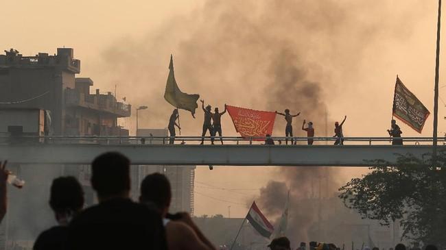 Kemarahan massa tak jauh dari kota itu juga mengalami pertumpahan darah yang signifikan. Petugas medis dan sumber keamanan melaporkan sedikitnya empat pemrotes tewas pada Kamis (3/10). (AP Photo/Hadi Mizban)