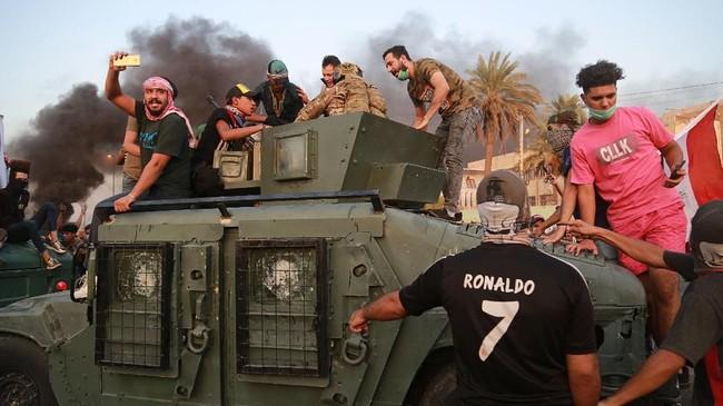 Mereka datang untuk melampiaskan amarah terhadap korupsi, pengangguran, dan layanan buruk oleh pemerintah di bawah Perdana Menteri Adel Abdel Mahdi. (AP Photo/Hadi Mizban)