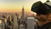 Seorang pria menggunakan kacamata Virtual Reality 3D di depan suatu poster yang menampilkan garis cakrawala New York. Ia sedang mengikuti pameran interaktif
