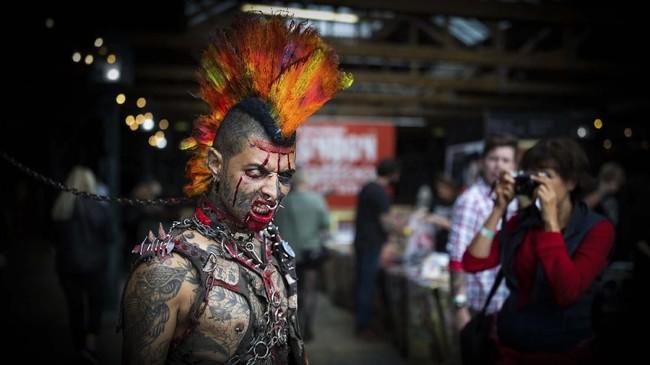 Zombie Punk berdiri untuk diambil fotonya pada suatu konvensi tato di Tobacco Dock di London Timur. (Aaron Chown/PA via AP)