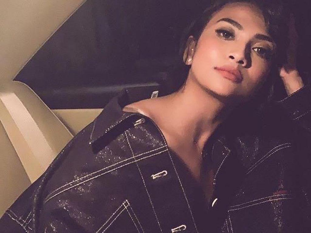 Vanessa Angel Rebahan Seksi dan Manja, Netizen: Belum Tobat Juga