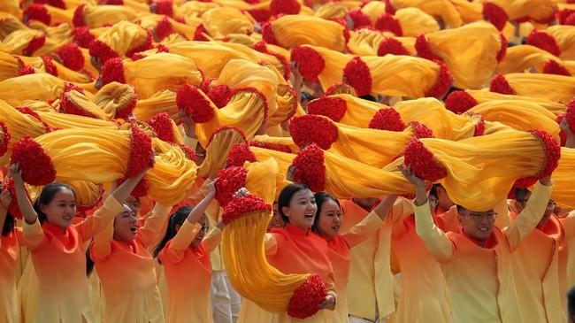 Para peserta parade tampil di acara perayaan 70 tahun berdirinya Partai Komunis China di Beijing. (AP Photo/Ng Han Guan)