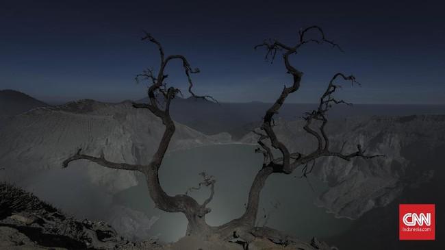 Usai melihat fenomena api biru, turis biasanya diajak kembali mendaki ke atas untuk menyaksikan matahari terbit dari Gunung Ijen. (CNN Indonesia/Bisma Septalisma)