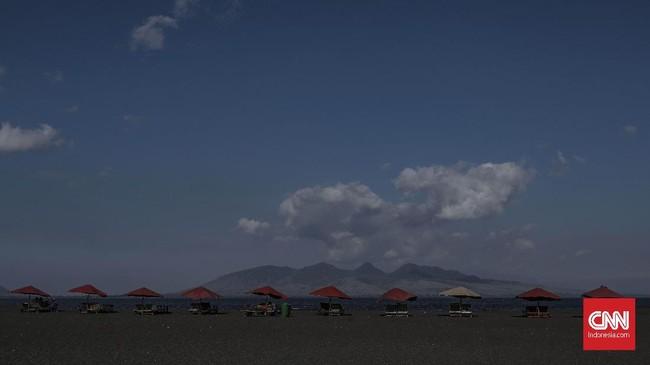 Dari Pantai Boom, turis bisa memandang ke Pulau Bali dan merasakan zona waktu Banyuwangi dan Bali sekaligus. (CNN Indonesia/Bisma Septalisma)