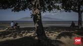 Dari tepi Pantai Boom pengunjung bisa menikmati pemandangan Bali sekaligus merasakan berada di zona waktu Banyuwangi dan Bali. (CNN Indonesia/Bisma Septalisma)