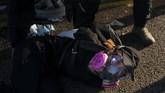 Beragam masker dan topeng itu digunakan para pengunjuk rasa untuk menyamarkan identitasnya. (AP Photo/Felipe Dana)