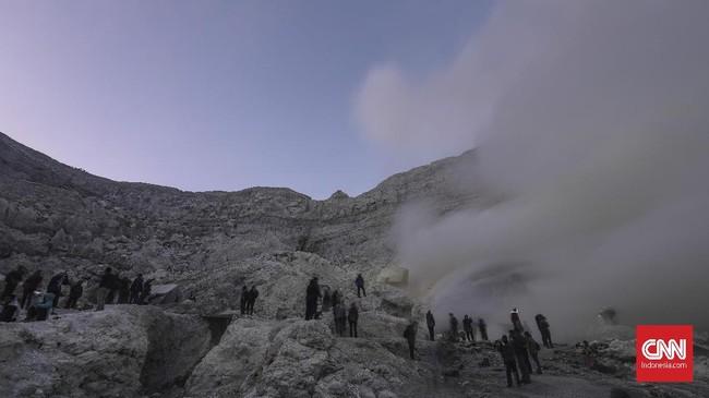 Ijen dikelilingi beberapa gunung seperti Raung, Rante, Pendil, dan Suket. (CNN Indonesia/Bisma Septalisma)