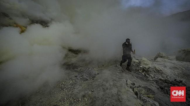 Blue fire bukanlah api, melainkan reaksi dari gas belerang yang bersuhu tinggi ketika bertemu oksigen. (CNN Indonesia/Bisma Septalisma)