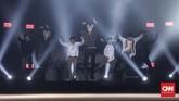 Ini adalah kali kedua bagi Ateez untuk tampil di Indonesia.Tak ayal, Ateez pun mengajak pengunjung untuk bernyanyi bersama. (CNN Indonesia/Bisma Septalisma)