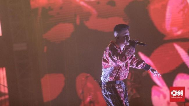 Dalam aksi panggung selama 45 menitnya, Brian Imanuel Soewarno tampil membawakan 9 lagu. (CNN Indonesia/Bisma Septalisma)